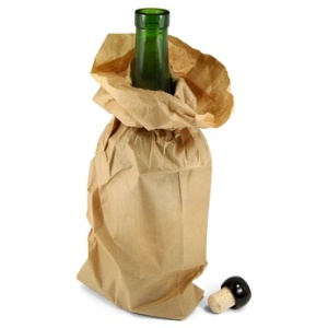 Alkoholflasche in Papiertüte
